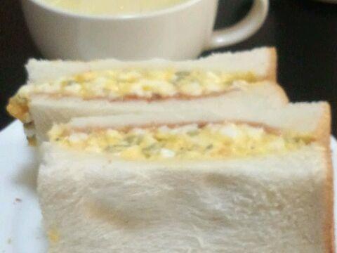 ピクルス入り卵サンドイッチ