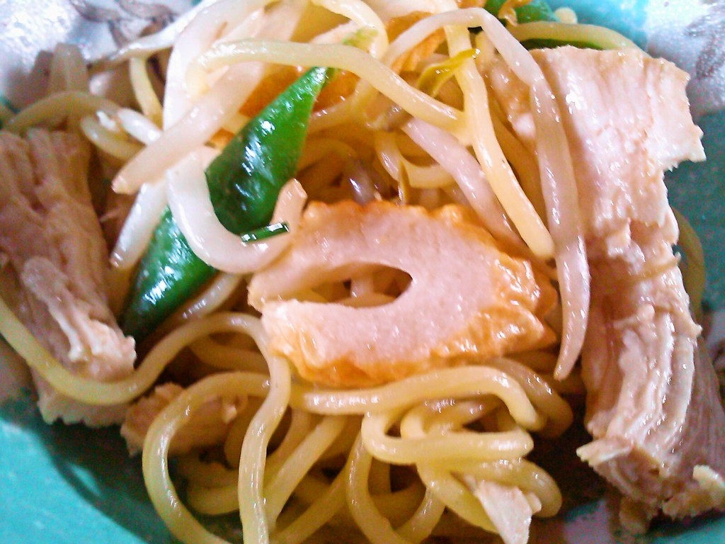 残り野菜でぱぱっとお昼ごはん♪割き鶏のしょうゆ麹だれ焼きそば